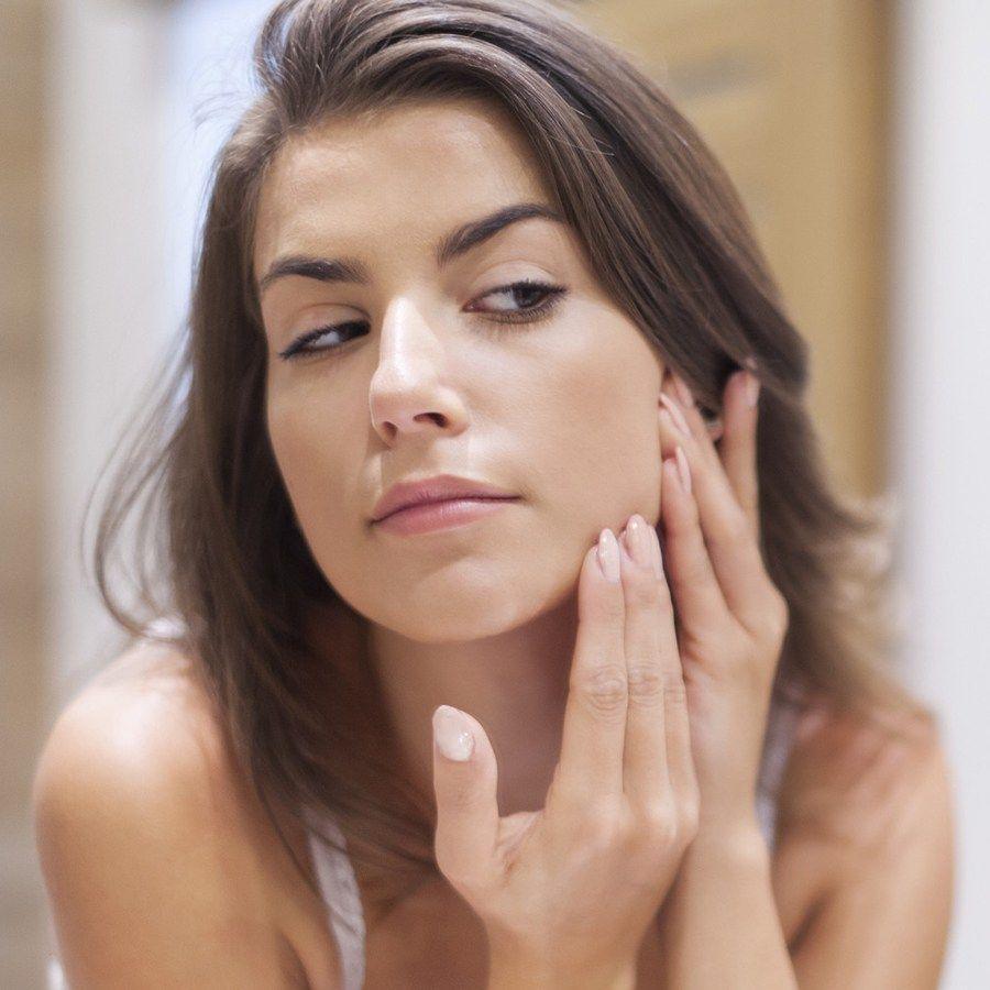 Chạm tay lên da - Thói quen vô tình khiến bạn mặc dù chăm sóc da kỹ mà vẫn bị mụn