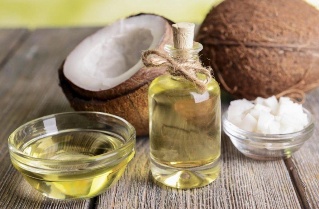 Dùng dầu dừa thoa đều vùng gót chân nứt nẻ