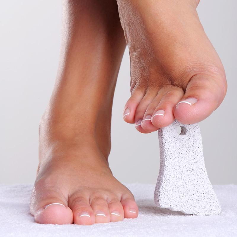 Dùng đá bọt biển chà gót chân