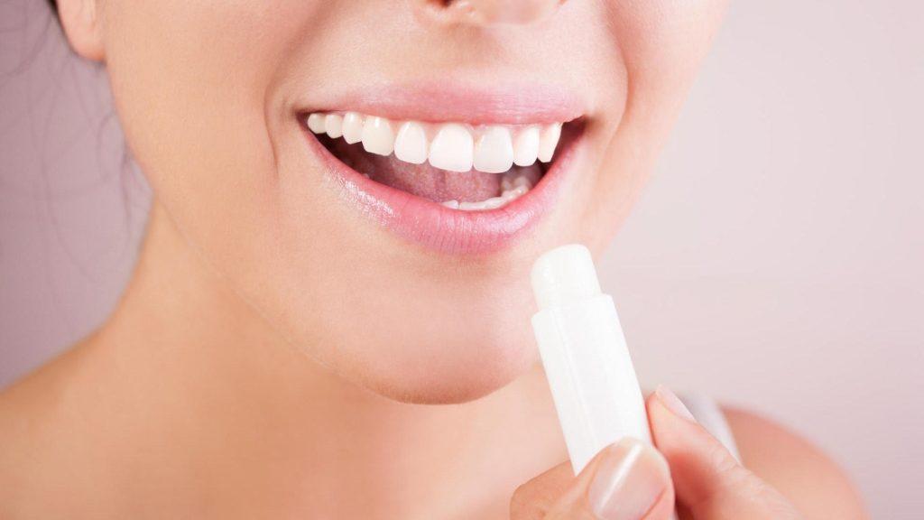 Nuôi dưỡng và bảo vệ môi vừa xăm bằng son dưỡng môi