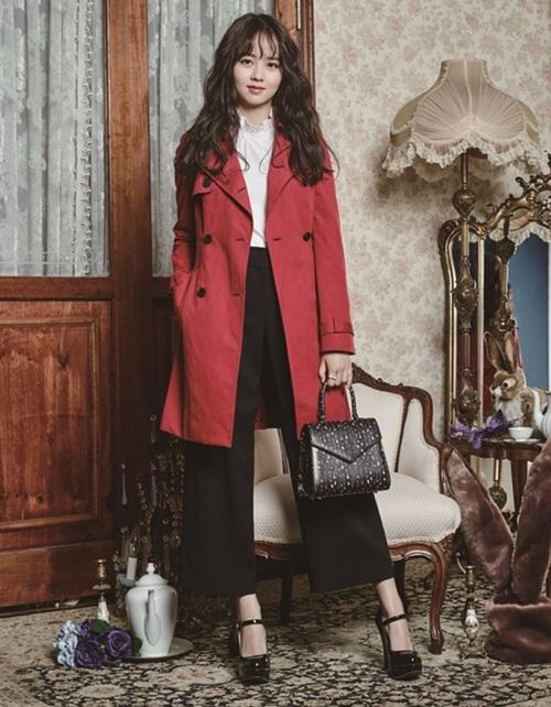 Áo khoác blazer mix cùng quần tây với áo sơ mi nữ