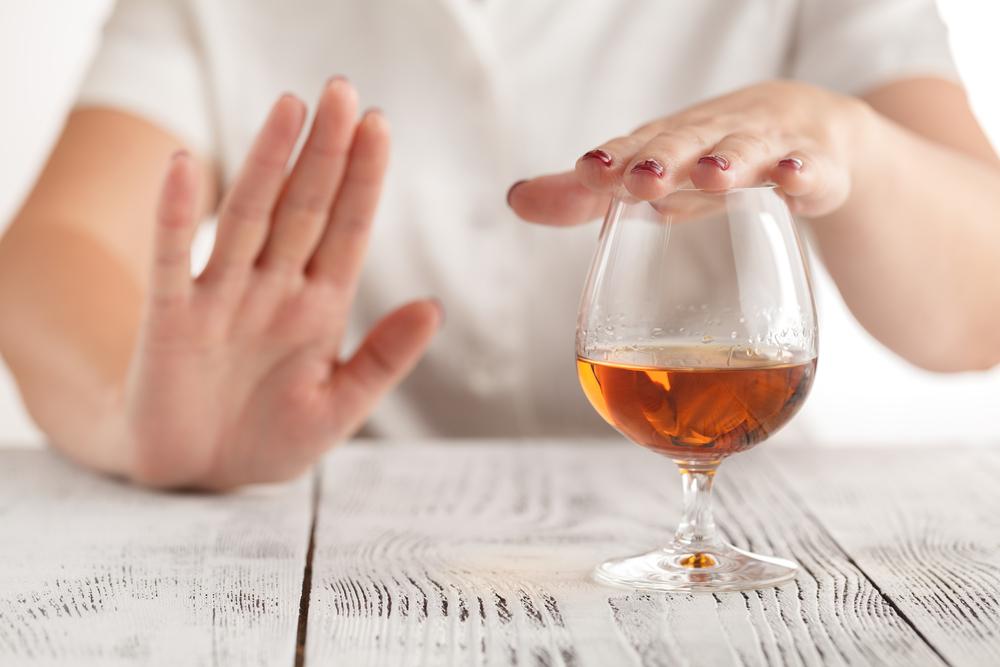 Chăm sóc môi vừa xăm bằng cách hạn chế sử dụng đồ uống có chất kích thích hay hút thuốc