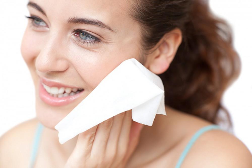Có nên lau mặt bằng khăn giấy?