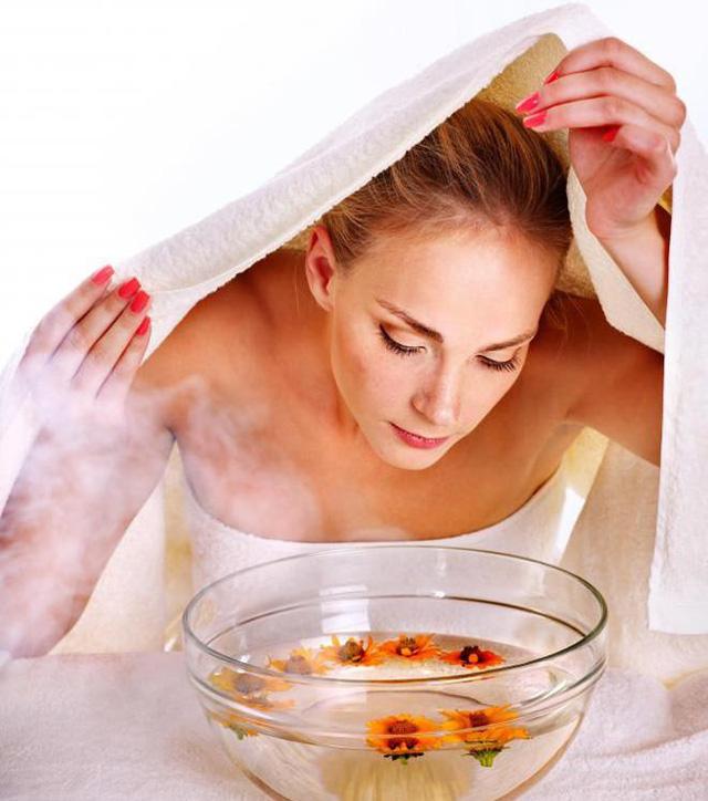 Xông hơi làm mềm da trước khi sử dụng lột mụn