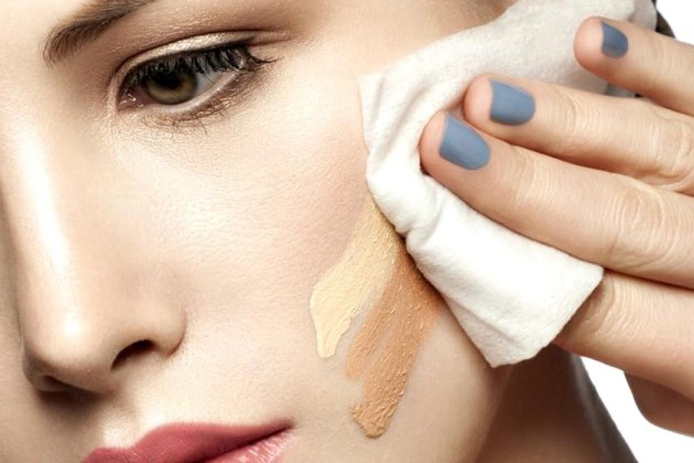 Sử dụng khăn giấy ướt lau mặt thường xuyên có thể làm da bị lão hóa sớm