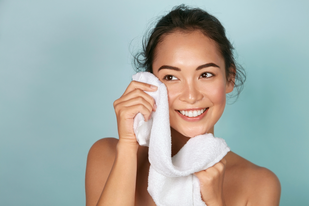 Tại sao không nên lau mặt bằng khăn tắm?