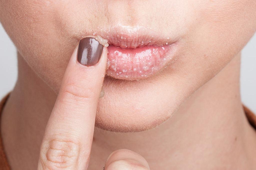 Tẩy tế bào môi giúp môi hồng hào, đầy đặn cho môi mỏng