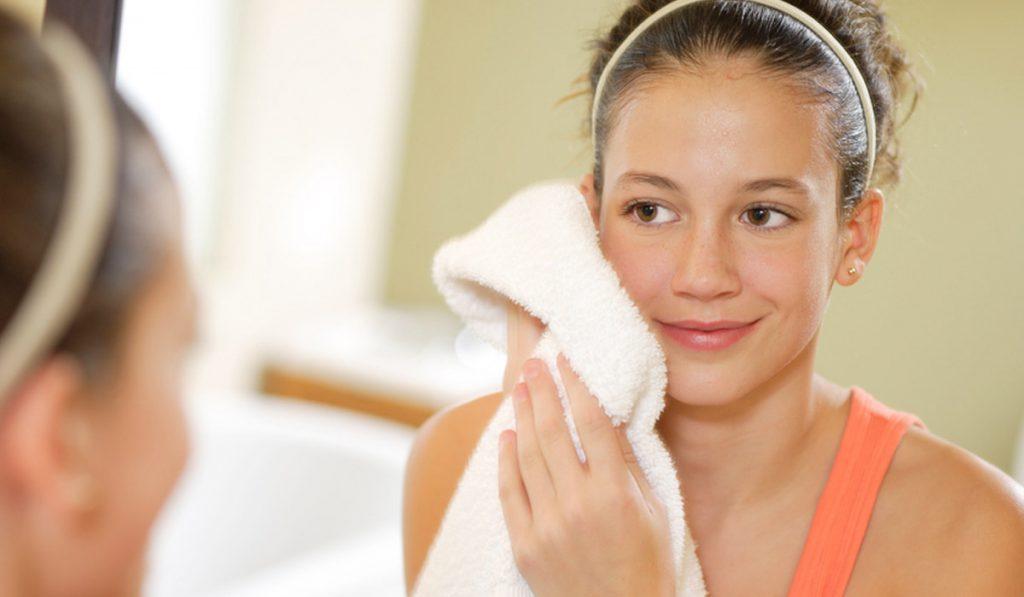 Da mặt nhạy cảm nên bạn cần sử dụng khăn lau mặt thay vì khăn tắm