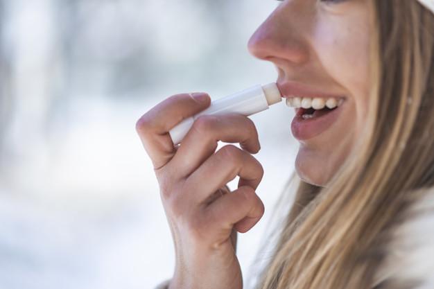 Bôi son dưỡng có khả năng chống nắng - Chăm sóc làn da môi