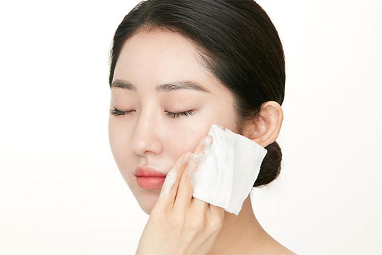 Khăn giấy ướt lau mặt có thể gây tổn thương da
