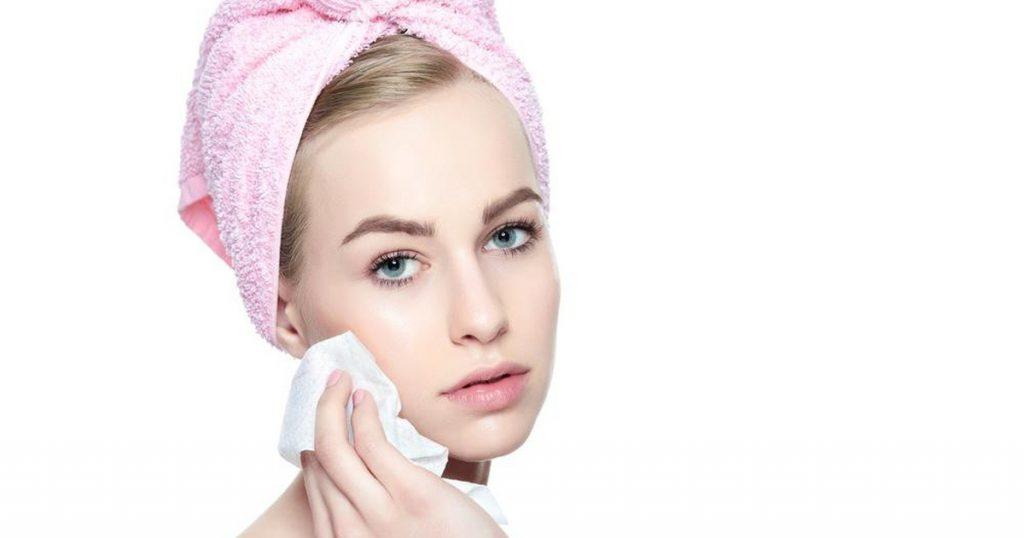 Không nên lau mặt bằng khăn giấy ướt thường xuyên