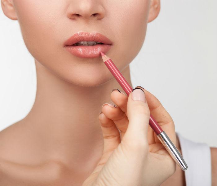 Kẻ viền môi tạo cảm giác môi dày tự nhiên cho đôi môi mỏng thêm xinh xắn