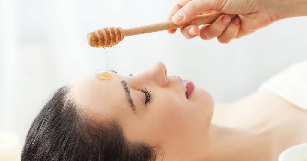 Đắp mặt nạ mật ong dưỡng da sau khi lột mụn xong