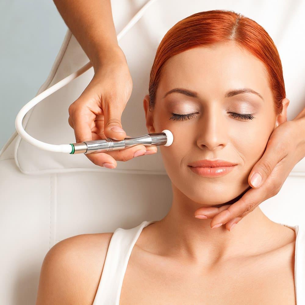 Nên chăm sóc da mặt ở spa có thiết bị máy hiện đại