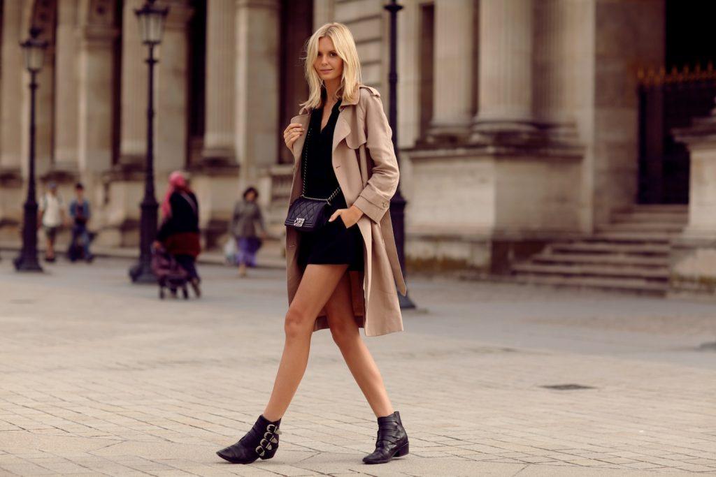 Cách phối áo khoác dáng dài với giày boot nữ tạo nên phong cách trẻ trung, thanh lịch