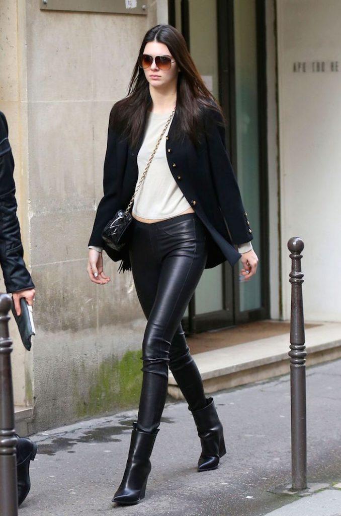 Giày boot nữ phối với quần legging da giúp đôi chân trông thon gọn, quyến rũ hơn