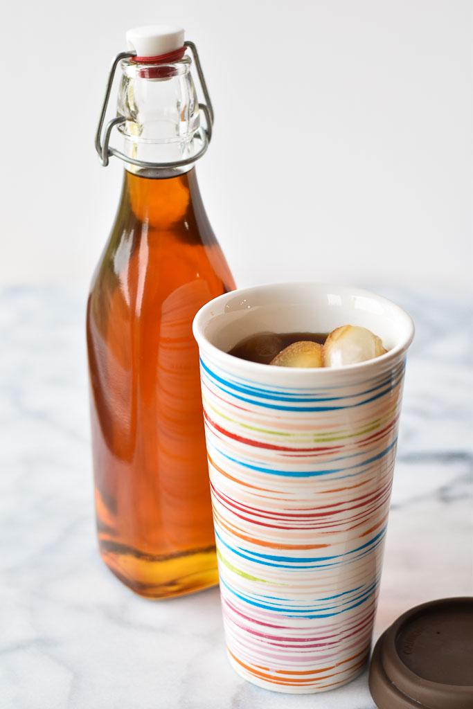 Đong siro caramel vào chai để bảo quản trong tủ lạnh trong vòng 2 tuần