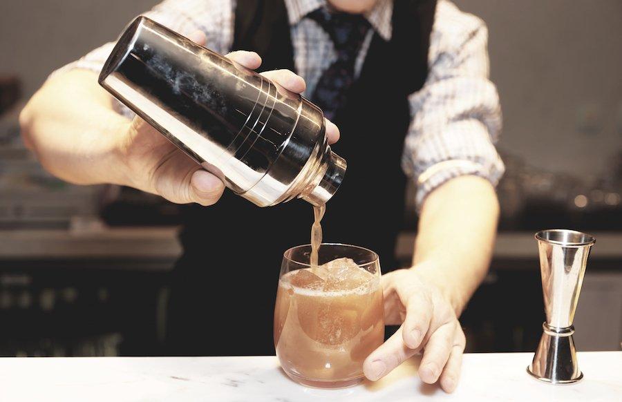 Bình lắc cocktail - Dụng cụ để pha chế món mocktail chanh đào