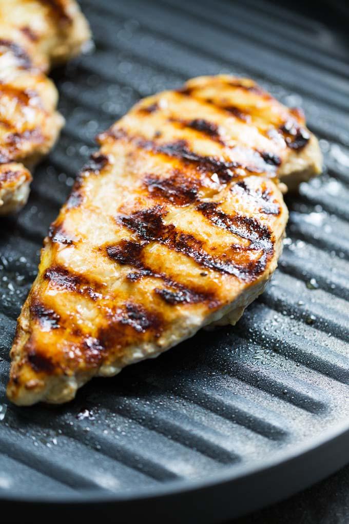 Nướng thịt gà ướp sữa chua trên bếp nướng trong 20-30 phút