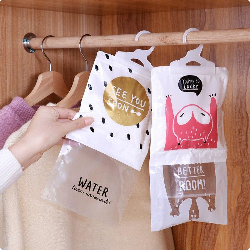 Bảo quản quần áo không mặc bằng cách sử dụng túi hoặc máy hút ẩm
