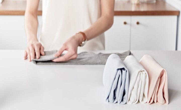 Để giấy lụa trắng hoặc giấy thường ở giữa các nếp quần áo - Bảo quản quần áo không mặc